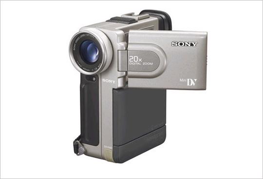 DCR-PC7 최초의 여권크기 DV 포맷. 전자식 흔들림 방지 촬영. 2.5인치 LCD 모니터. 680만 화소 CCD