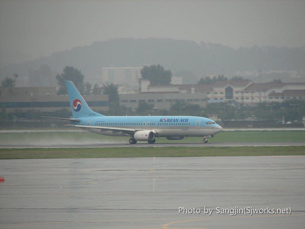 이륙중인 대한항공 비행기