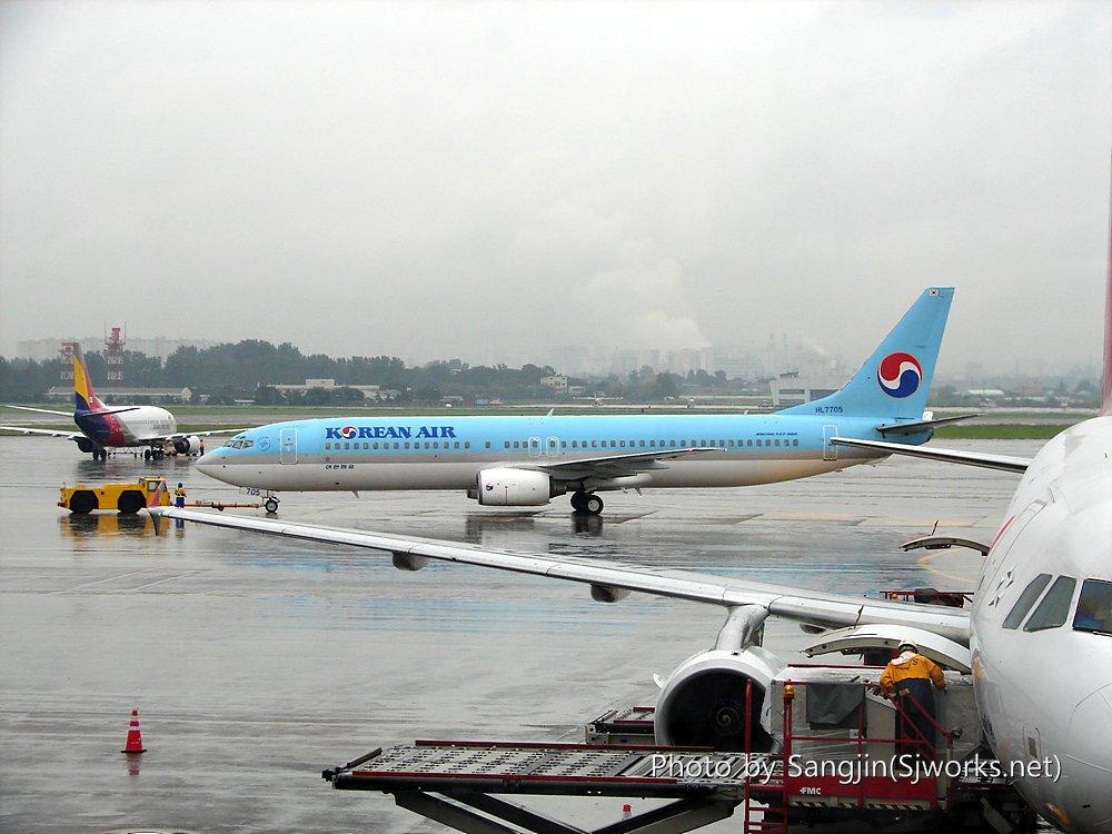 푸쉬백하는중인 대한항공 737기