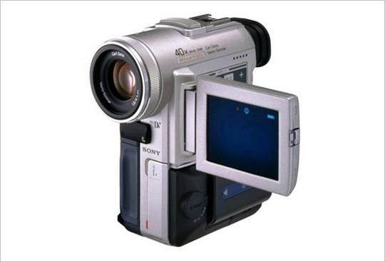 DCR-PC100 메가픽셀 CCD(1,070만 화소)가 탑재된 세계 최초 캠코더